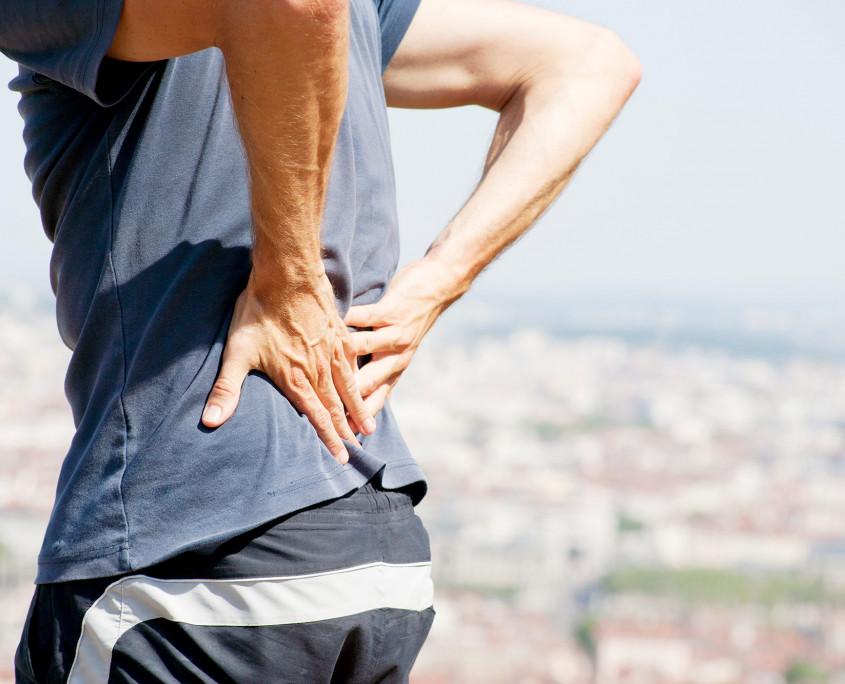 Der Schmerz in der Seite rechts in der Lende hinten
